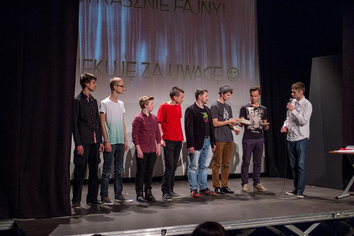 Uczestnicy konkursu na etiudę iluzjonoistyczną odbierają nagrody pocieszenia z rąk organizatora imprezy,  Jerzego Buczyńskiego. Magic Festival 2015