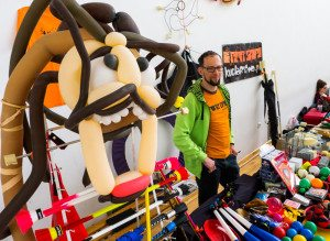 Stoisko Kuglarstwa z piratem z balonów