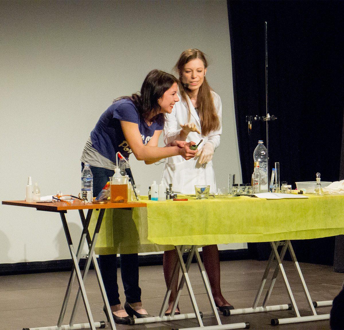 Justyna Stachniuk i Marta jasińska na seminarium z chemii dla magików