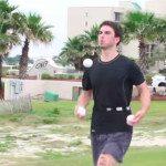 Joe Slater żongluje, pływa, jeździ na rowerze i biega.